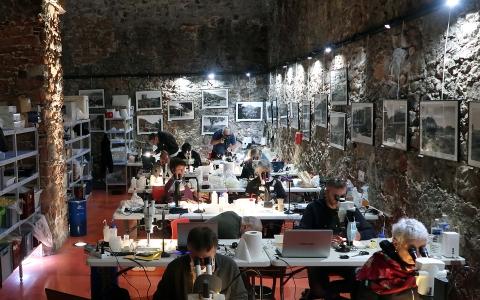Le laboratoire marin, installé dans la salle d'exposition communale et ancien grenier gênois à poudre